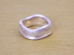 Különleges tervezésű, hullámos szélű ezüst gyűrű