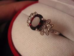 Arisztokratikus ezüst gyűrű, mélybordó gránát köves 1,7 cm