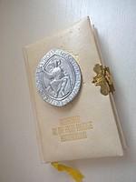 Régi arany szélű lapokkal szép aranyozott csatos német nyelvű imakönyv kitűzővel