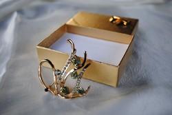 Arany színű bross ajándékdobozban
