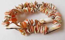 Szép színes kagylóból készült nyaklánc