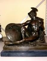 Nagyméretű harcos katona; bronz szobor