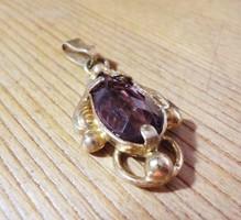 Régi arany színű medál lila kővel
