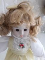 Szende szépség porcelánfejű baba