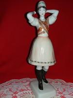 Hollóházi gyönyörű ritka kézi festésű pártáját kötő Matyó menyecske porcelán figura 32 X 12 X 10 cm