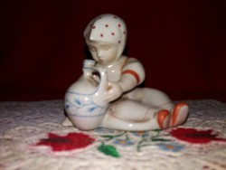 Antik gyönyörű Zsolnay porcelán figura Annuska korsóval Sinkó András terve alapján  9  X 9  X 6 cm