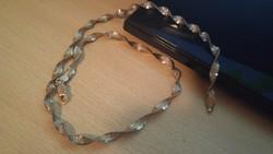 Ezüst nyaklánc, kidolgozott, 4 mm széles.