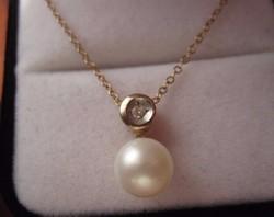 Klasszikus és Szép! Tömör arany medál igazgyöngy és brill csiszolású gyémánt button foglalatban