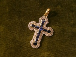 Arany kereszt medál gyémánttal és szintetikus zafírral