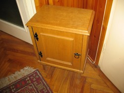 Szekrény kisbútor éjjeli szekrény cipős szekrény masszív fenyő egyedi vasalat