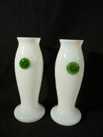 T104 Két egyforma régi fehér tejüveg váza