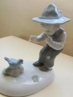Hibátlan, madarakkal játszó, kalapos Metzler-Ortloff porcelán kisfiú figura