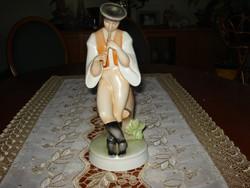 Egyedi zsolnay pásztorfiú furulyával