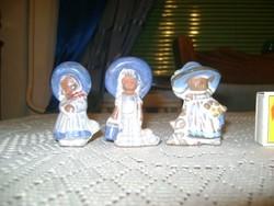 Három darab kicsi kerámia kislány figura vitrindísz