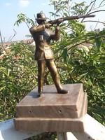 A vadász bronz,márv.talp  ép, hibátlan régi db- Ajándéknak is