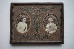 Antik különleges fotókeret , képkeret dombornyomott papírmasé díszítéssel eredeti régi fotókkal