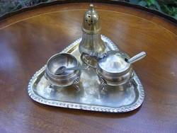 Antik fűszerszóró és fűszertartó edények tálcán, jelzett, ezüstözött alpakka, csinos 3 lábú darabok