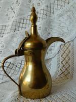 Régi hagyományos réz arab kávé kiöntő, kancsó