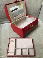 Sminkes/ékszeres bőrönd ékszertartó