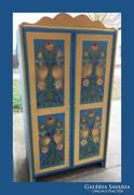 Népies,kézzel festett,két ajtós szekrény,garnitúra része