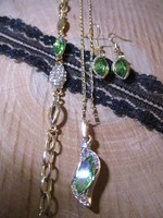 Aranyozott ékszerszett zöld kővel