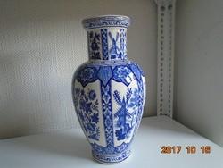 Kobaltkékkel festett kínai váza stilizált virágos emblémákkal és sziklás tájkép mintával 29 cm