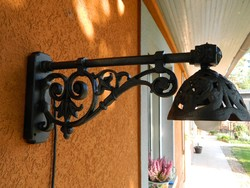 Udvari fali fémöntvény lámpa