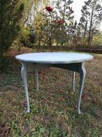 Csipkemintázatú kerek asztal kecses lábakon