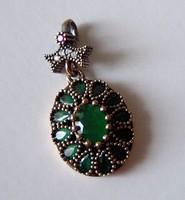 Ezüst medál smaragd kövekkel