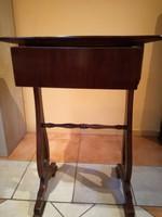 1920-as években készült fiókos kis asztal