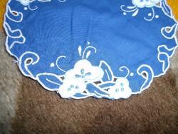 1390. Hímzett kék kis terítő