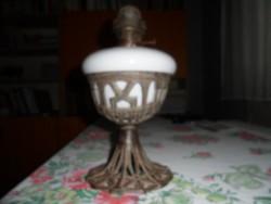 Régi petróleum lámpa díszes fém talapzattal