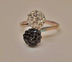 Elegáns fekete-fehér köves ezüstgyűrű