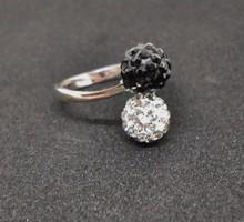 Csodaszép ezüstgyűrű fekete-fehér církonokkal