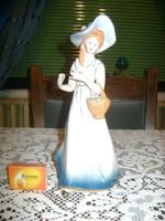 Kalapos nő - porcelán figura
