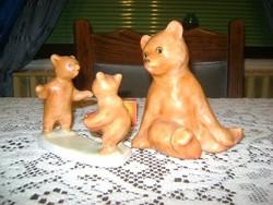 Bodrogkeresztúri maci és labdával játszó kis macik figura