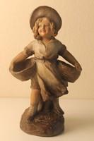 Terrakotta kislány szobor kosarakkal