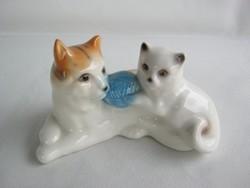 Cicák gombolyaggal porcelán cica macska