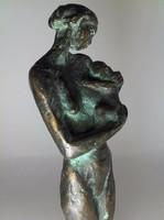 Anya gyermekével bronz szobor