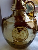Borostyán repesztett üveg palack,kézzel készült füllel és dombor rátétes betűvel