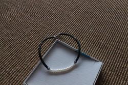 Ezüst szerelékkel készült nyaklánc, mely gyöngyből és bőr szíjból áll