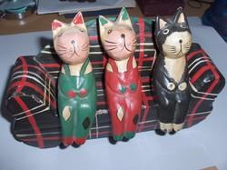 Kanapén ülő macskák. Régi játék.