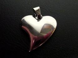 Szív alakú, ezüst színű, nagyobb méretű medál