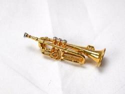 Aranyozott trombita kitűző.