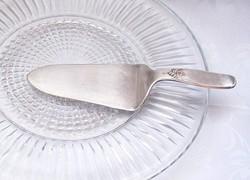Szép ezüstözött dombormintás tortalapát, metszett üveg nagyméretű tortatállal