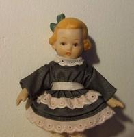 Aranyos kisméretű antik baba mintájára készült porcelán baba