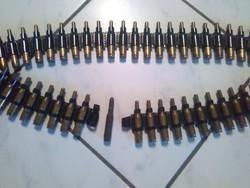 Géppuska heveder tele gyakorló 308-as Winchester lőszerekkel