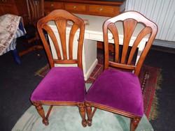 Lila székek párban