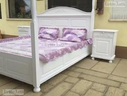 Provence bútor, antikolt fehér Baldachinos ágy.