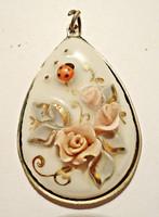 Porcelán virágos, katicás medál